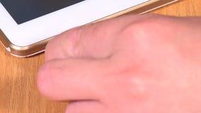 Micro- van de handstop usb kabel aan slimme tabletcomputer stock video