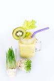 Micro verdes crescentes com o cocktail do batido no fundo branco Conceito saudável comer do produto fresco do jardim Fotos de Stock Royalty Free