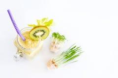 Micro verdes crescentes com o cocktail do batido no fundo branco Conceito saudável comer do produto fresco do jardim Imagem de Stock