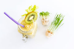 Micro verdes crescentes com o cocktail do batido no fundo branco Conceito saudável comer do produto fresco do jardim Fotos de Stock