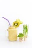 Micro verdes crescentes com o cocktail do batido no fundo branco Conceito saudável comer do produto fresco do jardim Imagens de Stock