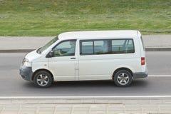 Microbús blanco del pasajero en la ciudad imagenes de archivo