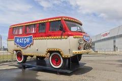 Microbús de UAZ con la pista de patinaje de la inscripción en el parque olímpico de Sochi Fotografía de archivo libre de regalías