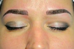 microblading,黑暗的眼眉,在眼眉的永久构成的完成的结果 库存照片
