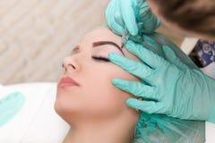 Microblading-Augenbrauenarbeitsablauf in einen Schönheitssalon lizenzfreie stockfotos