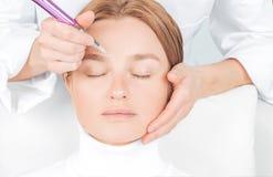 Microblading brwi Atrakcyjna kobieta dostaje twarzowego opieki i sta?ego elementu makeup obraz stock