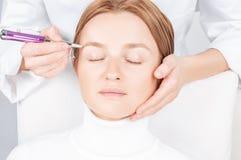 Microblading brwi Atrakcyjna kobieta dostaje twarzowego opieki i sta?ego elementu makeup zdjęcia stock