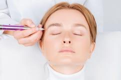 Microblading brwi Atrakcyjna kobieta dostaje twarzowego opieki i sta?ego elementu makeup zdjęcie stock