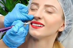 Microblading Maquillage permanent Femme attirante obtenant le soin et le tatouage faciaux photographie stock