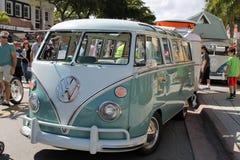 Microbus pasado de moda con clase al aire libre Foto de archivo