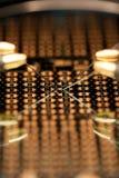 Microchip bajo el microscopio con las puntas de prueba de la prueba Foto de archivo