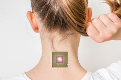 Microchip biônico dentro do corpo humano - conceito da cibernética imagem de stock royalty free