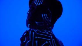 Microchip di body art alla luce ultravioletta su una ragazza alla presentazione di tecnologia moderna archivi video