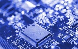 Microchip do Close-up na placa de circuito fotografia de stock