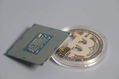 Microchip do processador central da unidade do processador central com Bitcoins imagens de stock