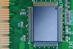 Microchip em uma placa de circuito foto de stock royalty free