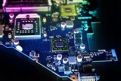 Microchip em uma placa de circuito Foto de Stock