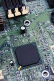 Microchip en tarjeta de circuitos Fotografía de archivo libre de regalías