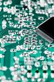Microchip integrado en la placa madre verde foto de archivo