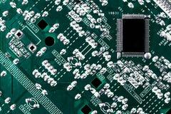 Microchip integrado en la placa madre verde de informática imagenes de archivo