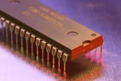 Microchip op een metallplaat Stock Afbeeldingen