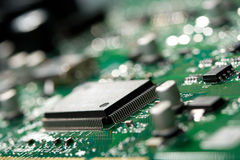 Microchip op groene kringsraad Stock Afbeelding