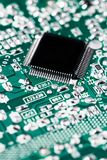 Microchip op groene motherboard computerwetenschap die wordt geïntegreerd royalty-vrije stock afbeelding