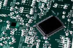 Microchip op groene motherboard computerwetenschap die wordt geïntegreerd royalty-vrije stock afbeeldingen