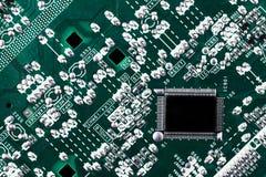 Microchip op groene motherboard computerwetenschap die wordt geïntegreerd royalty-vrije stock fotografie