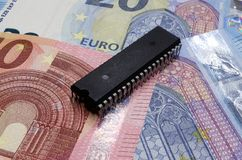 Microchip viejo en billetes de banco euro Imagen de archivo