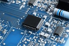 Microchipes en una placa de circuito Fotografía de archivo libre de regalías