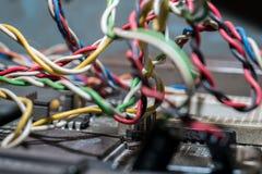 Microchipes y transistores en una placa de circuito fotos de archivo libres de regalías