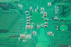 Microcircuit en gros plan, carte mère verte de PC images libres de droits