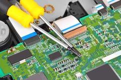 Microcircuit och skruvmejsel Arkivfoto
