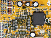 Microcircuito elettronico con il microchip. Immagini Stock Libere da Diritti