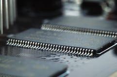 Microcircuito en el cierre de la tarjeta del circuito impreso para arriba Fotografía de archivo