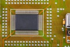 Microcircuito soldado a uma placa eletrônica foto de stock