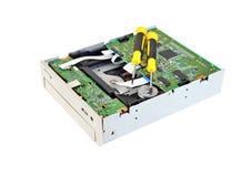 Microcircuito y destornillador del CD-ROM Imágenes de archivo libres de regalías