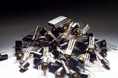 Microcontrolador en el montón de transistores fotos de archivo