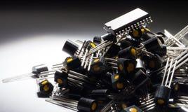 Microcontrolador en el montón de transistores foto de archivo libre de regalías