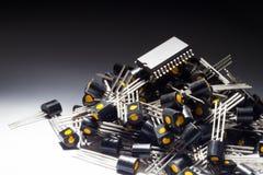 Microcontrolador en el montón de transistores imagenes de archivo
