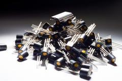 Microcontrolador en el montón de transistores fotos de archivo libres de regalías