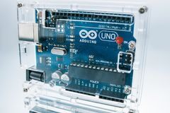 Microcontroller de broodplankbewerker van Arduino Uno stock afbeeldingen
