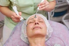 Microcurrent смотрит на обработку, взрослую женщину Стоковое Изображение RF