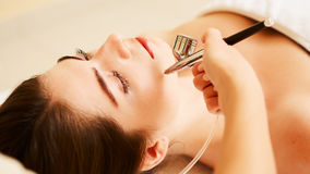 Microdermabrasion做法  机械剥落,金刚石擦亮 模型,特写镜头 Cosmetological诊所 免版税库存照片
