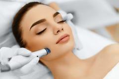面孔护肤 面部与氢结合的Microdermabrasion削皮治疗 库存图片