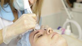 Microdermabrasion del diamante, pelando el tratamiento en la clínica cosmética del balneario de la belleza mujer que consigue un  almacen de metraje de vídeo
