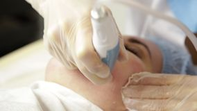 Microdermabrasion do diamante, descascando o tratamento na clínica cosmética dos termas da beleza mulher que obtém um microdermab filme