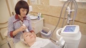 Microdermabrasion terapi på skönhetkliniken arkivfilmer