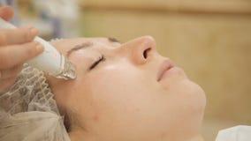 Microdermabrasion terapi på skönhetkliniken lager videofilmer